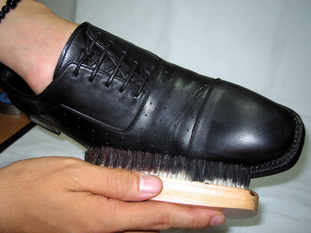 お手入れ⑥乾拭き乾拭き用布(道具⑥)で靴全体を乾拭きする。 布はキレイな面で拭き取り汚れたら、汚れていない部分に変える。 クリームが布につかなくなる程度まで